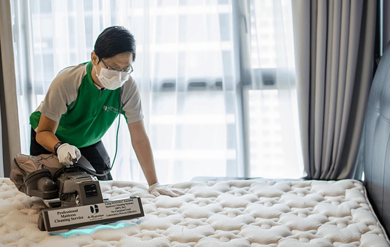 de hygienique staff cleaning mattress using a machine